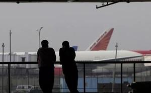 """Cố tình """"khoe thân"""" trên máy bay, nam hành khách bị bắt"""