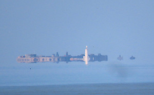 Hiện tượng lạ về lâu đài lơ lửng trên mặt biển ở Anh