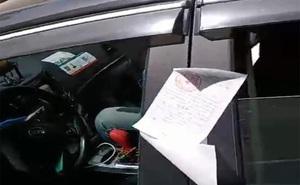 Thấy ô tô đỗ sai quy định, cảnh sát dán phiếu phạt, 1 lúc sau người dân phát hiện chuyện không ngờ trong xe