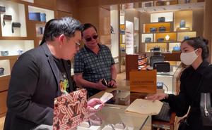 Quang Lê cầm tiền mặt mua túi 5000 đô tặng Hà Thanh Xuân, còn lén hôn má