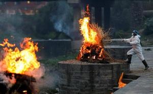 24h qua ảnh: Công nhân Ấn Độ làm việc tại bãi hỏa táng bệnh nhân tử vong vì Covid-19