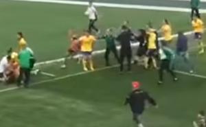 Màn loạn đả trên sân bóng đá nữ: Đấm đá, giật tóc chẳng kém đánh ghen!