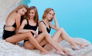 """Hồ nước màu ngọc bích tuyệt đẹp """"hớp hồn"""" hàng loạt mỹ nữ Nga: Đẹp mà siêu độc, cá không sống nổi"""
