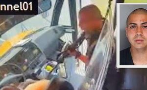 Gã đàn ông cầm súng uy hiếp xe bus chở học sinh, phút cuối buông cò vì lý do ''ná thở'' nhưng không kém phần cảm động