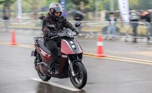 Xe máy điện cao cấp nhất của VinFast 'ngập' công nghệ và đồ hiệu - có gì để đọ Honda SH?