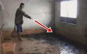 Tầng 1 bị nhấn chìm trong cơn lũ, sau khi nước rút, cả gia đình không giấu nổi vui mừng khi nhìn xuống sàn nhà