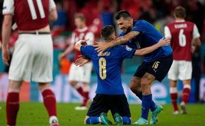"""Kịch tính đến giây cuối, Italia vào tứ kết trong ngày đối phương bùng nổ """"không tưởng"""""""