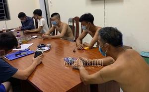 Phạt 60 triệu đồng nhóm 6 nam thanh niên tụ tập nói chuyện ở sân bóng giữa mùa dịch COVID-19