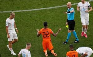 Dính tấm thẻ đỏ tai hại, Hà Lan bị đá văng khỏi Euro theo kịch bản đầy đau đớn