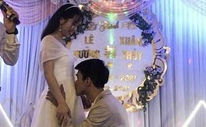 """MC đề nghị hôn cô dâu, chú rể có hàng động khiến tất cả ngỡ ngàng rồi """"tan chảy"""" khi biết lý do"""