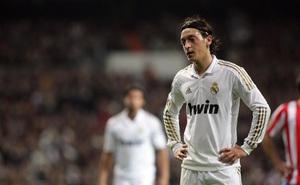 """Chủ tịch Real Madrid tiết lộ tiền vệ Ozil bị """"cắm sừng"""" bởi nhiều ngôi sao nổi tiếng"""