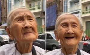 """Cụ bà 80 tuổi bán vé số ở Sài Gòn nghẹn ngào khi được biếu 150k: """"Cho rồi tiền đâu con ăn?"""""""