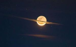 Lần hiếm hoi chụp được khoảnh khắc Mặt Trăng giống hệt Sao Thổ