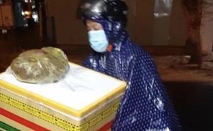 Giữa đêm mưa gió, chiến sĩ công an chở thùng hàng đặc biệt đến nhà người dân khiến tất cả cảm động