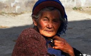 Mẹ già trước khi chết đem tất cả tài sản cho hàng xóm, con trai tức tối đi gây sự, nào ngờ mất luôn cả vợ vào tay đối phương
