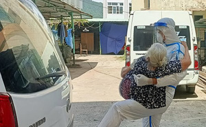 Trải lòng của người lính bế cụ bà F0 đi điều trị với câu nói 'Má đừng ngại, cứ ôm lấy con'