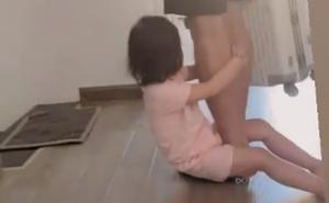 """Quế Ngọc Hải """"trốn"""" đi sớm vẫn bị Sunny phát hiện và níu chân đầy đáng yêu"""