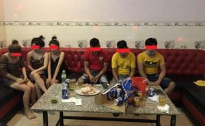 """Hát karaoke """"tay vịn"""" trong lúc giãn cách xã hội, 8 người bị phạt 117,5 triệu đồng"""