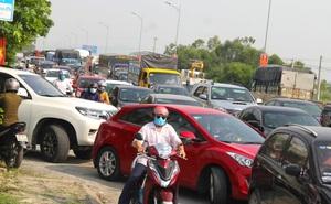 Đoàn xe ùn tắc dài hàng trăm mét trong ngày đầu chuyển từ Chỉ thị 16 xuống Chỉ thị 15 ở TP Vinh