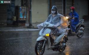 """Hà Nội: Trận mưa rào lúc 8h sáng khiến trời """"tối sầm"""", nhiều phương tiện phải bật đèn để di chuyển"""