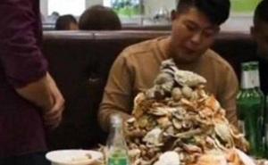 """Ngồi ăn buffet suốt 5 tiếng không có ý định về, nam thanh niên lập tức đứng dậy sau khi nhận """"quà"""" của chủ nhà hàng"""
