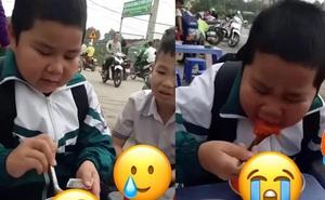 Cậu bé tiểu học gây rùng mình khi ăn hết 2 chai tương ớt, nhìn tô cơm đỏ choét đã thấy sợ, biểu cảm sau ăn càng sốc