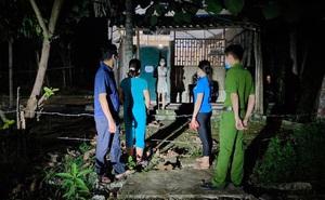 Cán bộ soi đèn xuyên đêm đi kiểm tra người dân thực hiện cách ly y tế tại nhà