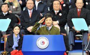 Nữ tổng thống đầu tiên của Hàn Quốc nhậm chức