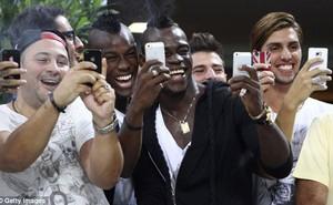 """Balotelli """"nhăn nhở"""" khoe iPhone cùng đám chiến hữu"""