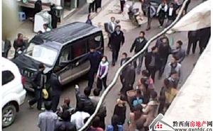 TQ: Bé 13 tuổi bị còng tay, diễu phố vì làm bắn nước vào xe Chính phủ
