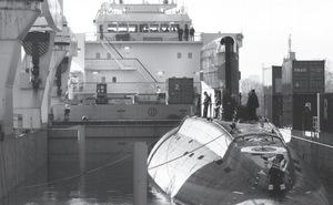 Ảnh độc: Tàu ngầm Hà Nội trên khoang tàu vận tải, chuẩn bị về VN