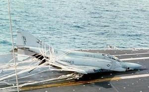 """Những """"cú ngã"""" đau điếng của chiến đấu cơ trên tàu sân bay Mỹ"""