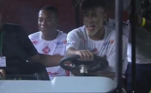 """Nổi hứng, Neymar """"giật"""" xe của nhân viên SVĐ"""