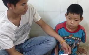 Trao tặng gần 10 triệu đồng cho em bé cụt chân ở Huế