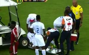 Xe y tế… tông trúng cầu thủ chấn thương