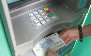 """Phí ATM """"móc túi"""" khách hàng"""