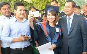 Hun Sen luôn mang theo 5 smartphone
