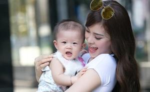 Á hậu Diễm Trang xinh đẹp, đưa con gái 6 tháng tuổi đi dạo phố