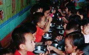 Phụ huynh bức xúc trước việc trường Mầm non cho trẻ ăn bún luộc nước sôi