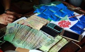 Triệt phá 2 ổ nhóm buôn bán ma túy mang theo súng quân dụng