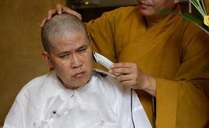 [Video] Phước Sang cạo trọc đầu sau khi cha ruột qua đời