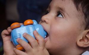 Báo động đỏ thói quen dùng thuốc cam của cha mẹ khiến rất nhiều trẻ ngộ độc chì thương tâm