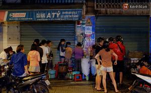 """Trà đào """"chờ"""" 30 năm ở vỉa hè Sài Gòn: Đông khách tới 2 giờ sáng, xếp hàng cả tiếng đồng hồ mới mua được"""