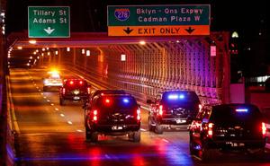 24h qua ảnh: Đoàn xe chở trùm ma túy Mexico qua cây cầu nổi tiếng ở Mỹ
