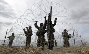 """24h qua ảnh: Đề phòng đoàn xe di cư """"xâm lược"""", Mỹ vội lắp hàng rào kẽm gai ở biên giới"""