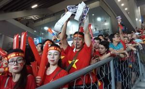 Mua vé đàng hoàng, CĐV Việt Nam vẫn phải đứng để nhường chỗ cho fan Malaysia