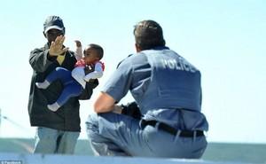 Cha thẳng tay ném con gái 6 tháng tuổi từ mái nhà hòng uy hiếp cảnh sát
