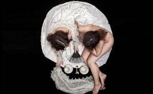 Vạch trần con người thật và lớp mặt nạ mà bạn đeo thông qua bức tranh hai cô gái