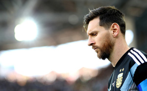 Hãy thả cậu bé ra nào, Messi!