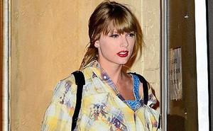 """Vào studio thu âm, Taylor Swift cũng dùng """"cả tấn"""" phấn trang điểm, làm mặt trắng bệch so với toàn thân"""